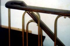 Дървена ръкохватка върху месингов парапет 9019