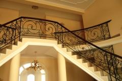 Класическа двураменна стълба с парапет от ковано желязо 9012